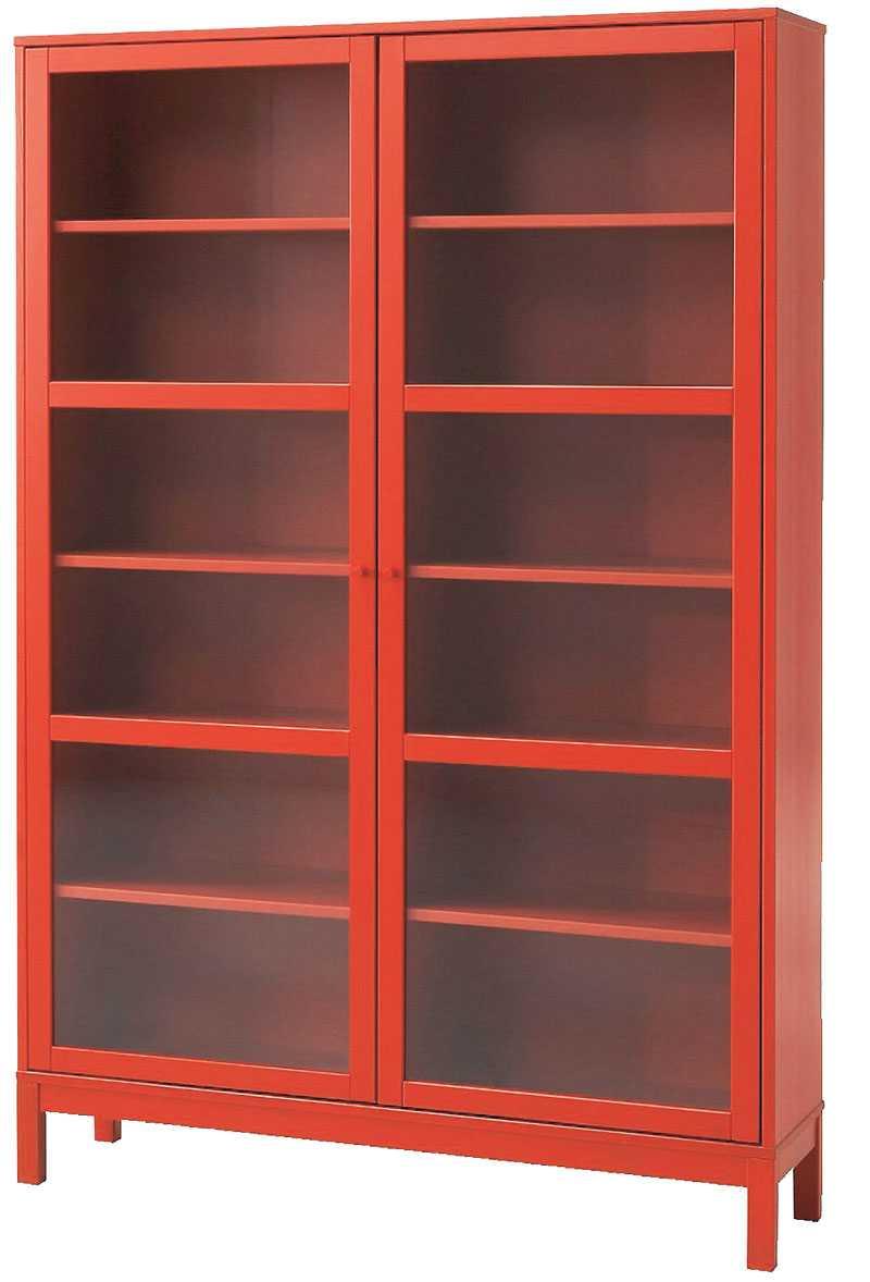 """Förvara dina böcker i ett rött maffigt vitrinskåp, """"Linnarp"""" kostar 2990 kr hos Ikea."""