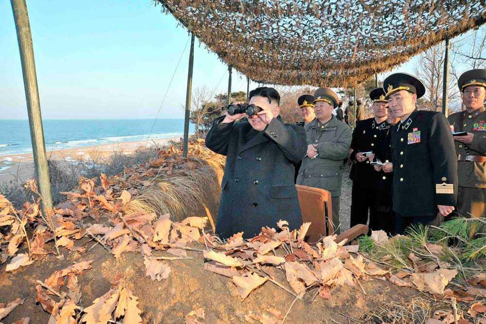 Kim spejar ut över kusten.