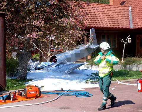 Sportflygplanet kraschade i en trädgård. En person omkom.