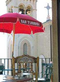 På Bar Turrisi finns det manliga könsorgan avbildade lite överallt, exempelvis på möblerna.