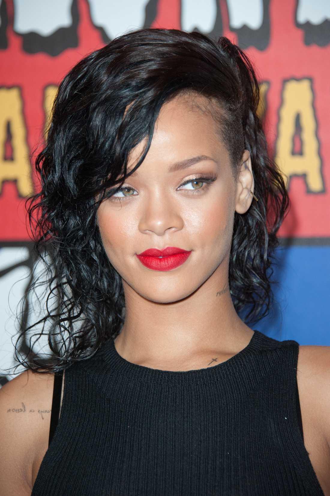 R&B-stjärnan lovar att vara trogen mot Rihanna.