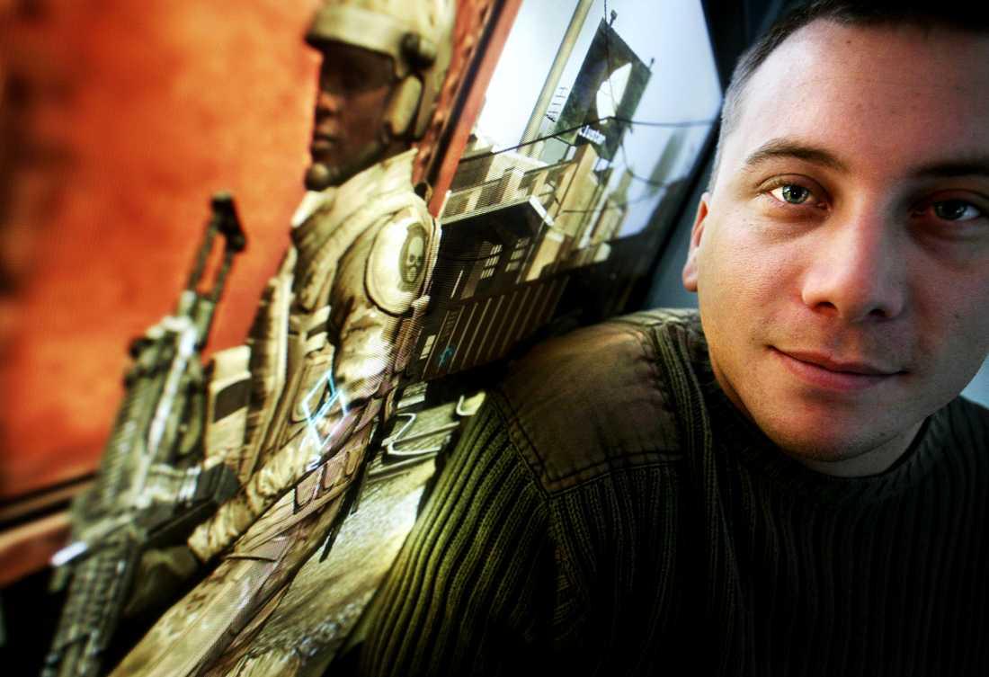 """Mars 2006 Bosse Andersson poserar framför Grins pc-version av """"Ghost recon: Advanced warfighter""""."""