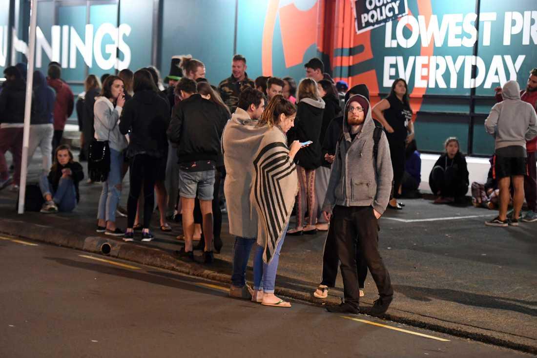 Människor som evakuerades från byggnader i Wellington.