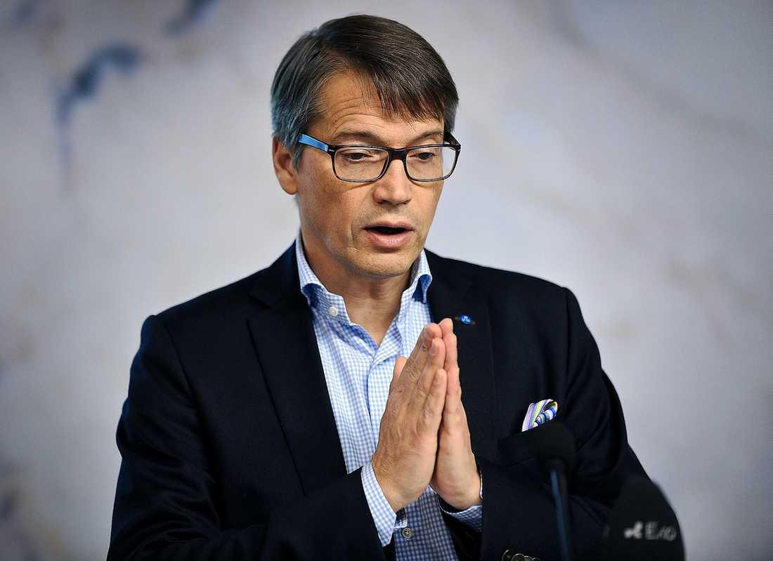 """I SKOTTLINJEN Kristdemokraterna är splittrade av flera olika fraktioner som strider öppet och kritiserar Göran Hägglund hårt. """"Det är ett fullskaligt inbördeskrig"""", säger en källa."""