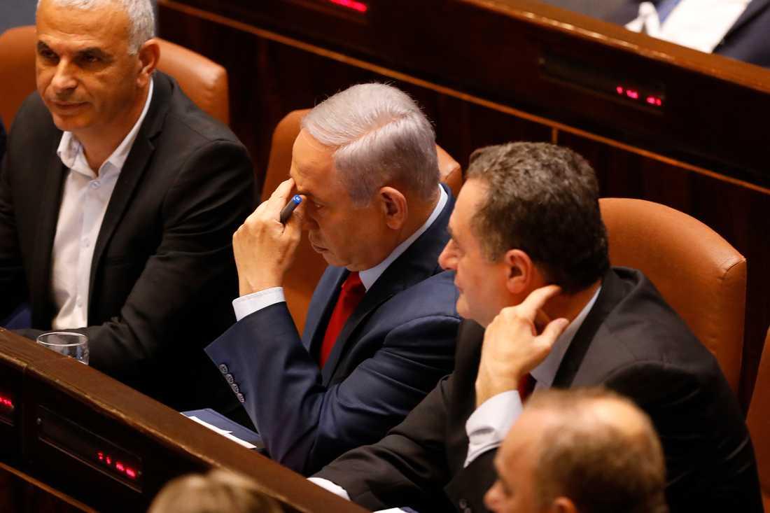 Benjamin Netanyahu (mitten) i samband med onsdagens röstning i knesset. Nyval är utlyst till september.