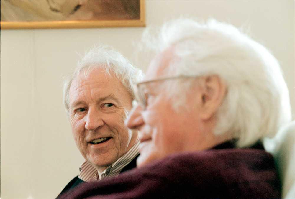 Tomas och poetkollegan Robert Bly från USA sitter och samtalar i Tranströmers hem.