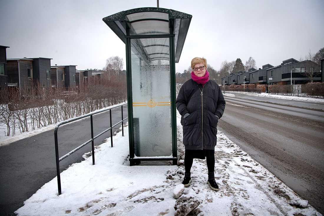 Aftonbladets Lena Mellin vid sin busshållplats.
