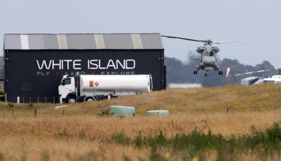 En helikopter tillhörande flottan i samband med uppdraget att återföra kropparna som blev kvar på White Island efter vulkanutbrottet.