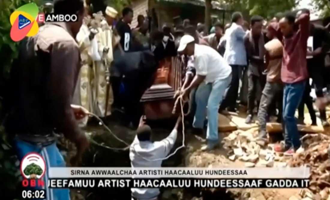 Kistan med den mördade etiopiske artisten Hachalu Hundessa sänks under ett stort säkerhetspådrag på torsdagen.