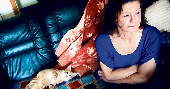 Bor hos en vän Annika Latvaniemi, 52, blev av med nästan allt hon ägde när socialen slängde hennes saker i stället för att flytta dem till hennes nya lägenhet. Nu bor hon hos en vän.