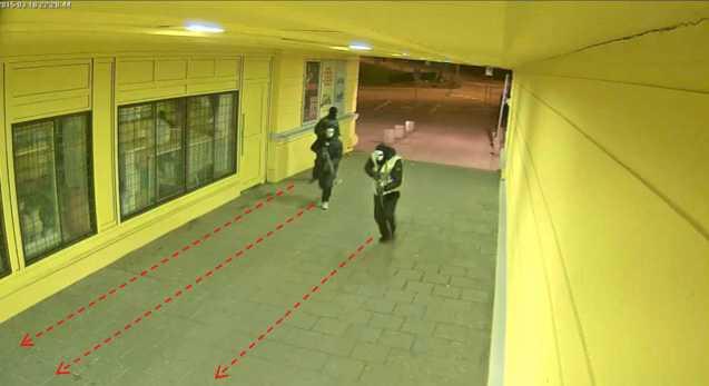 En övervakningskamera fångar männen på väg till restaurangen där skjutningen inträffade.