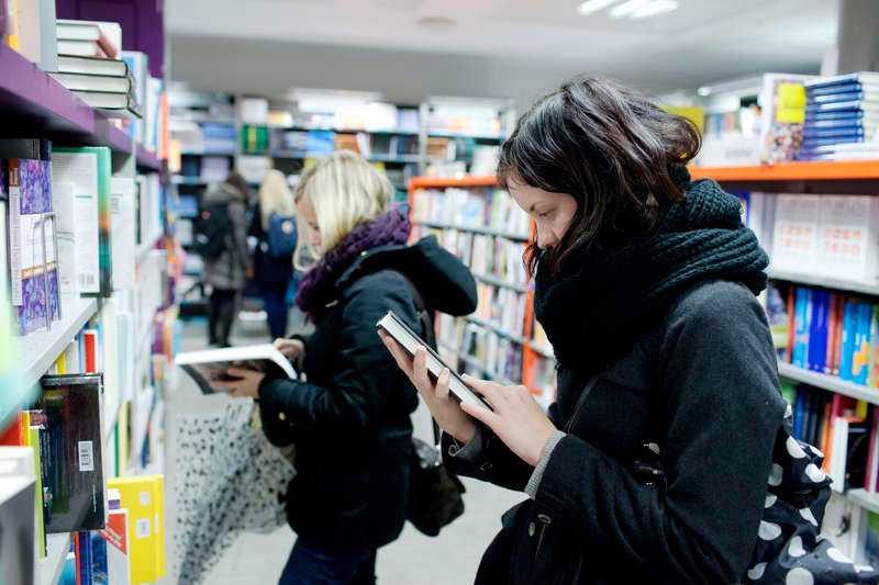 Trots att de stora försäljningssuccéerna föder förlagen går bokhandlarna på knäna.