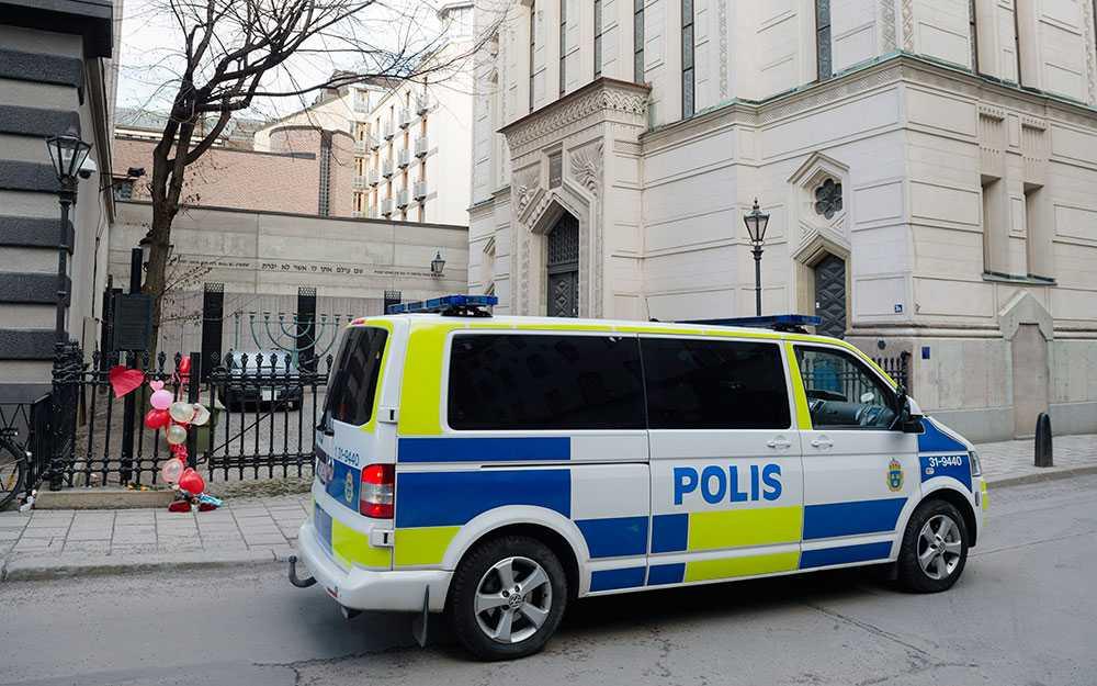 Polisbevakning vid synagogan i Stockholm.