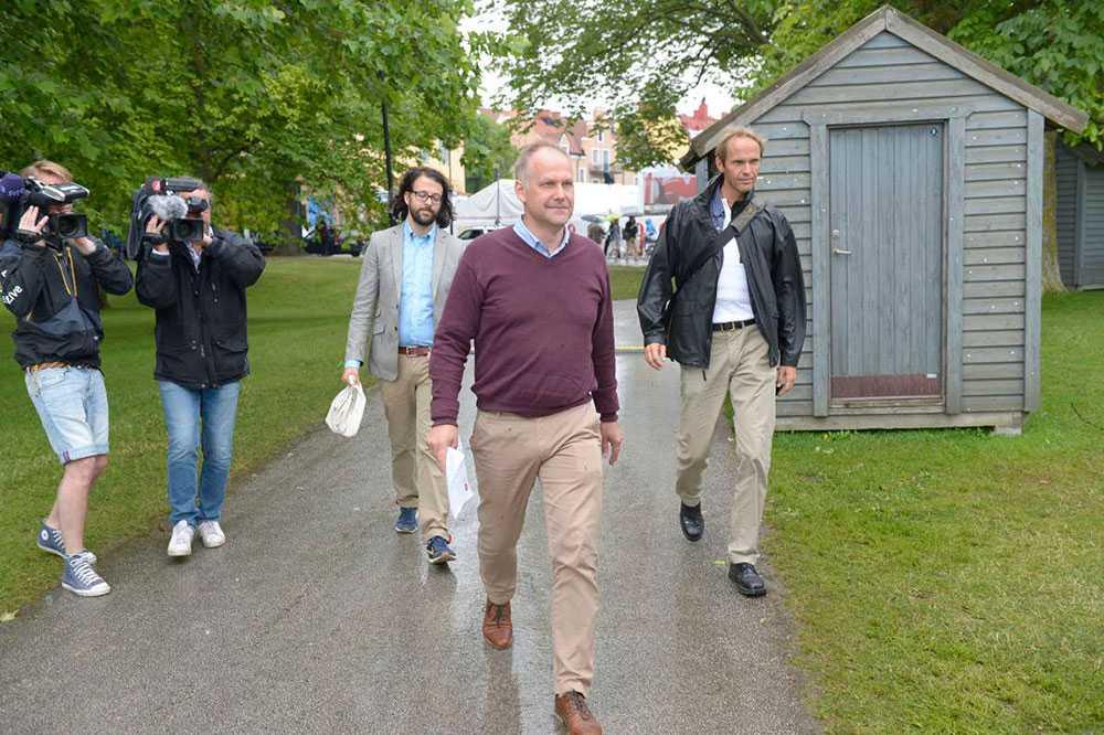 REGNIGT PÅ VÄNSTERS DAG Vänsterledaren Jonas Sjöstedt på väg till pressträffen i Almedalen i ett regnigt Visby.