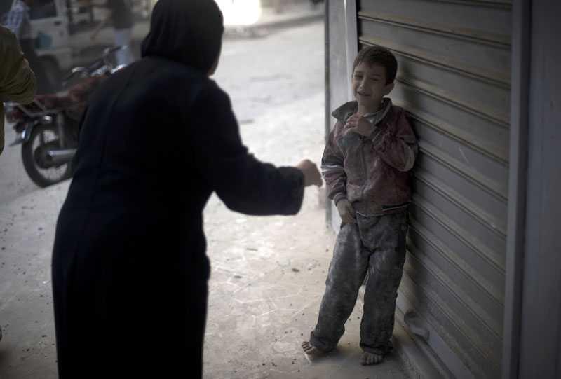 POJKEN GRÅTER I REN SKRÄCK Den här pojkens hem har förstörts i en regeringsattack mot stadsdelen Shaar i norra Aleppo. En kvinna skyndar fram för att trösta. Syriska armén tog tillbaka kontrollen av en historisk moské i Aleppo efter hårda strider, enligt uppgift från militär och observatörer.