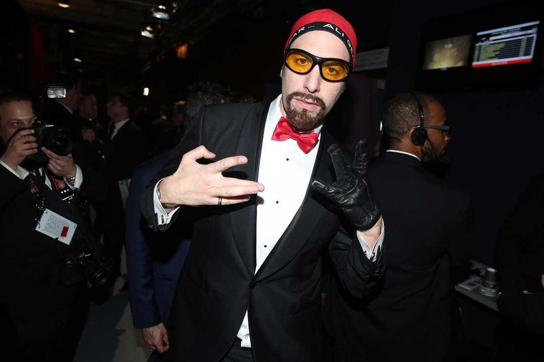Ali G spexar backstage efter uppträdandet på Oscarsgalan. AP