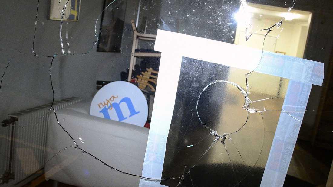 Moderaterna i Helsingborg har fått fönstren till sitt kontor krossade.