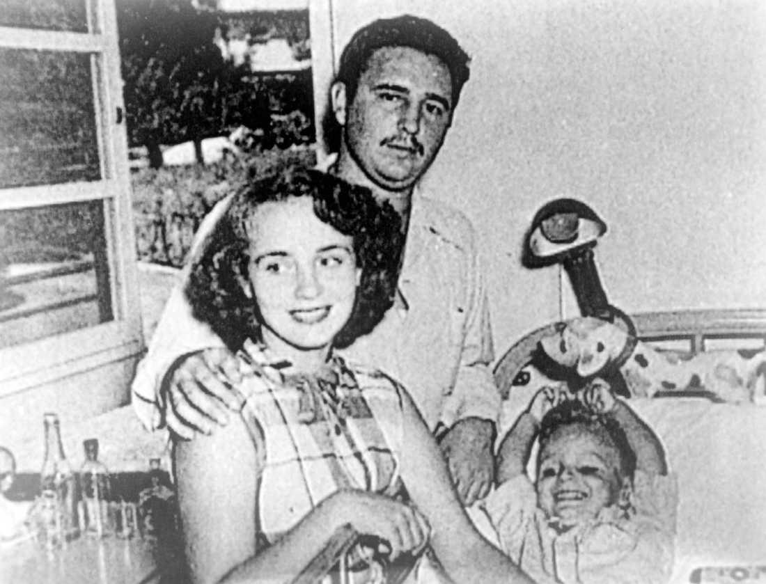Fidel Castro med sin fru, Mirta Diaz-Balart och sonen Fidelito. De gifte sig 1948 och skildes åt sju år senare. Bilden är från 1950.