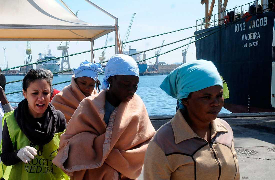 Arkivbild på flyktingar som räddats av King Jacob bara dagar innan söndagens fartygskatastrof.