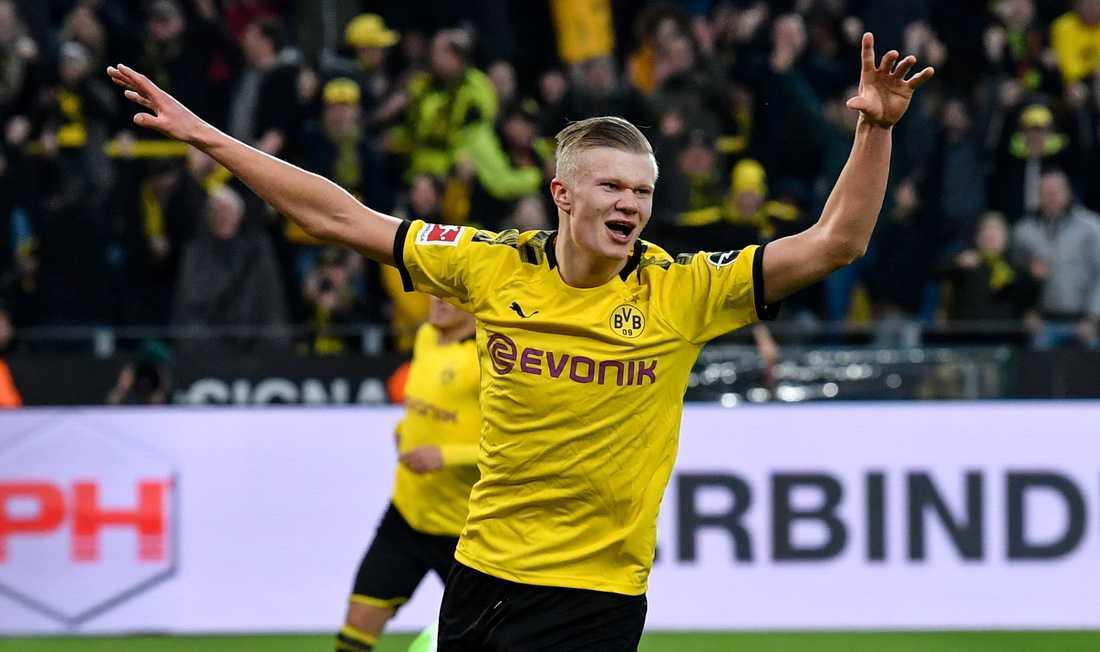 Erling Braut Haaland firar efter ett av sina två mål i Dortmunds 5–0-seger hemma mot Union Berlin.