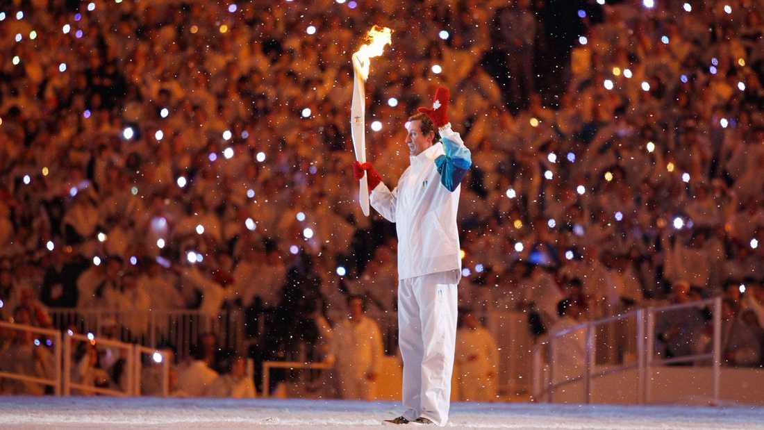 12 FEBRUARI 2010 Hockeylegendaren Wayne Gretzky med den olympiska facklan under OS-invigningen i Vancouver.