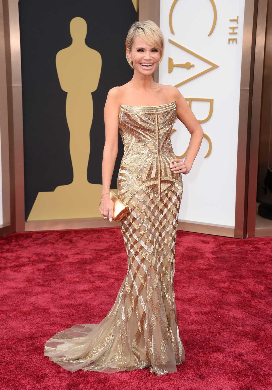 """+++++ Kristin Chenoweth: """"Golden girl! Wow! Kristin Chenoweth ser nästan själv ut som en statyett. Metallic är stort i år och guld passar sannerligen en kväll som denna, modellen och detaljerna är fantastiska. Läckert från Roberto Cavalli!"""""""