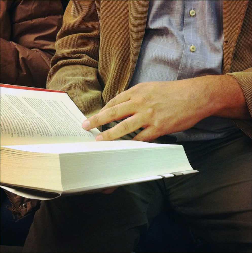 Juholt läser boken om sig själv.