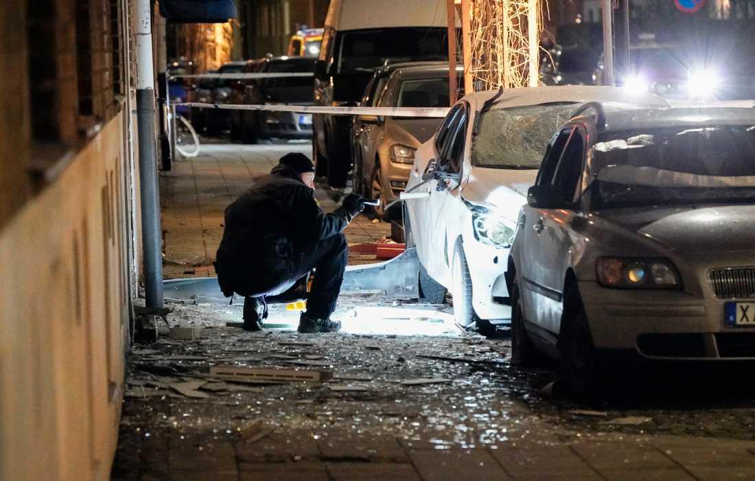En kraftig detonation skedde i natt i centrala Landskrona.Bilar förstördes och fönster slogs ut –även på andra sidan gatan.