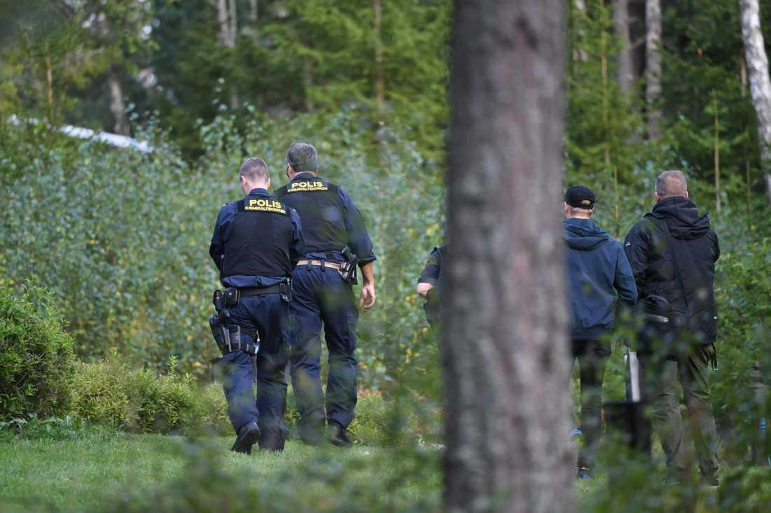 Polis på plats där en man hittades död vid Österhaninge begravningsplats.