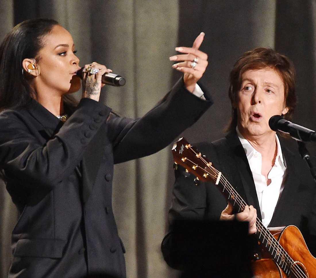 """Paul McCartney har retuscherats så mycket på sina konsertaffischer att han börjar likna en utomjording, skriver Markus Larsson. Ett mer framgångsrikt försök att locka en yngre publik kan vara samarbetet med Rihanna och Kanye West på singeln """"Fourfiveseconds"""". I går berättade Nöjesbladet att ex-beatlen håller på att plugga lite svenska inför kommande Sverigespelningen den 9 juli."""