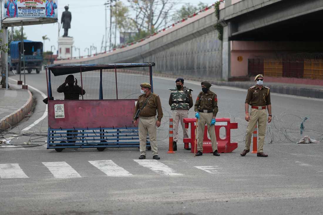 Indisk polis vaktar en väg i Jammu. Arkivbild.