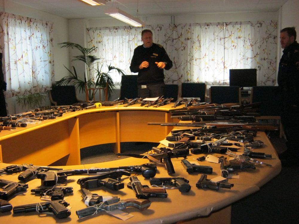 Under förra året beslagtog polisen i Malmö 161 skjutvapen. Det vanligaste beslaget är en pistol av modellen Glock, Luger eller Zastava. I december 2016 visade polisen upp en bråkdel av alla beslagtagna vapen som finns hos beslagsenheten i Malmö. I förgrunden på bilden syns en revolver.