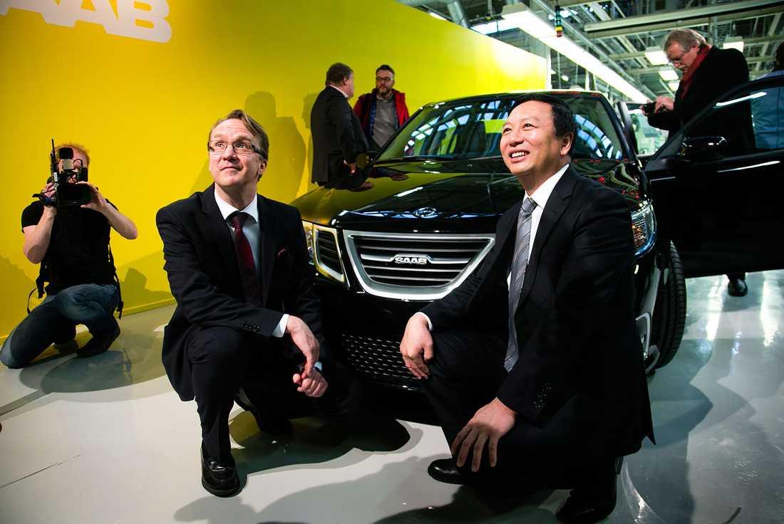 Nevs vd Mattias Bergman och styrelseordförande Kai Johan Jiang vid den första nya Saaben i Trollhättan.