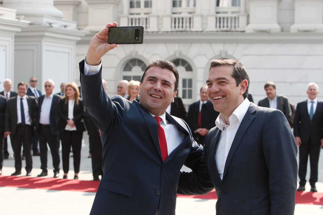 Nordmakedoniens premiärminister Zoran Zaev, till vänster, tar en selfie med sin grekiske kollega Alexis Tsipras som är på ett historiskt officiellt besök i grannlandet.