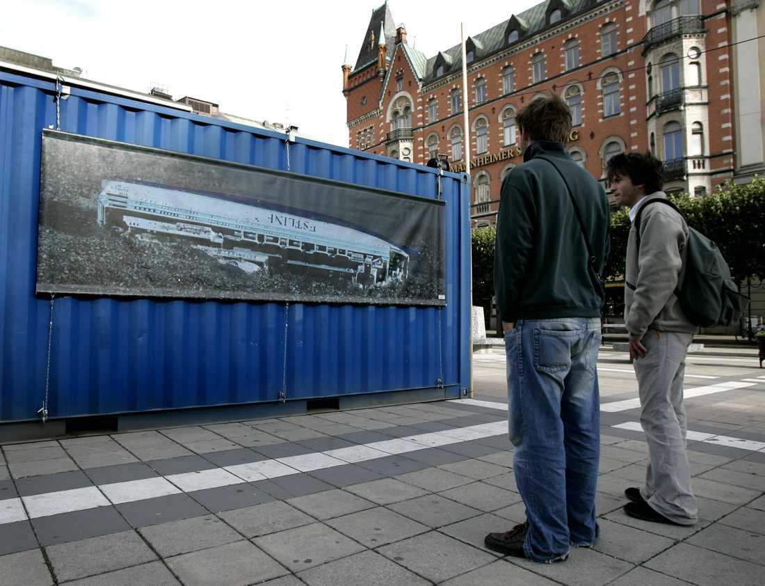 Åklagare Riksenheten mot internationell och organiserad brottslighet ska åter granska Estoniakatastrofen. Bilden är från en minnesmanifestation för katastrofens offer. Arkivbild