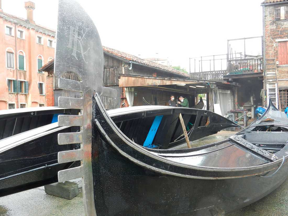 Gondoler i behov av renovering ligger och väntar på båtvarvet.