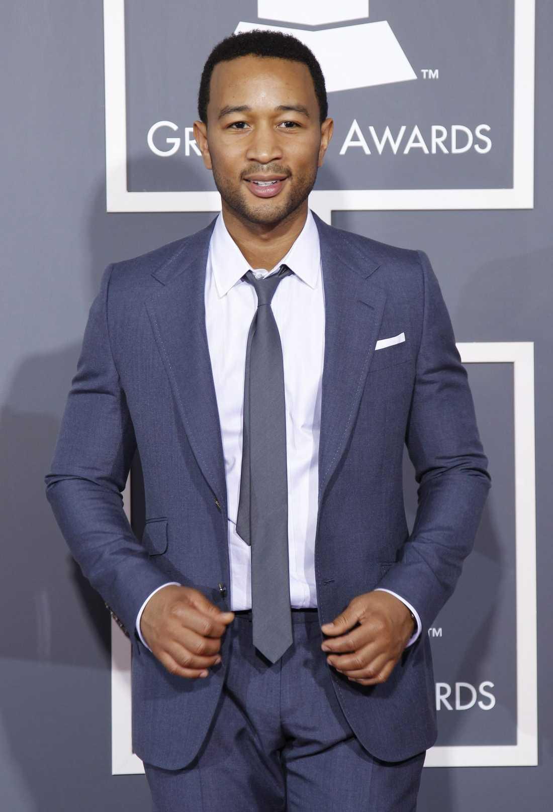 John Legend körde på lös slipsknut, en trend vi ser lite överallt just nu.