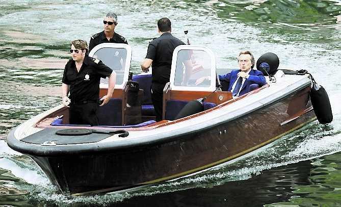 Ferraris president, Luca di Montezemolo, anländer i båt.