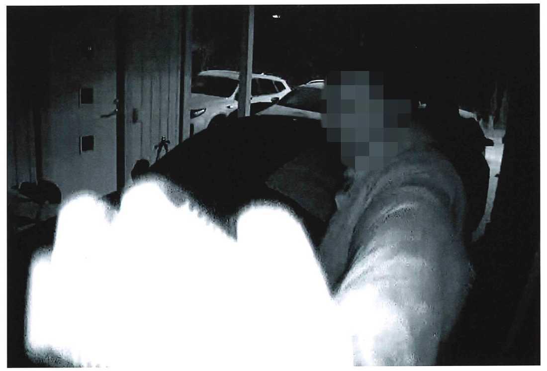 I en carport i Sigtuna fastnade gärningsmännen på bild i en övervakningskamera innan de puttade undan den.