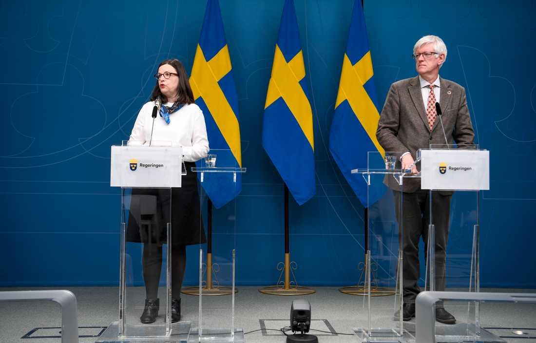 Utbildningsminister Anna Ekström (S) och Folkhälsomyndighetens generaldirektör Johan Carlson.