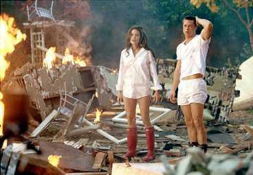 Mr and Mrs Smith är yrkesmördare som får i uppdrag att döda varandra.