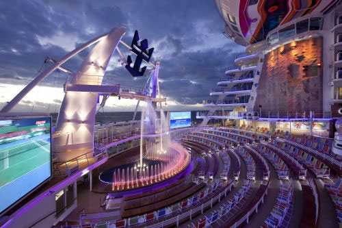 Allure of the seas Amfiteatern i aktern i kvällsljus.