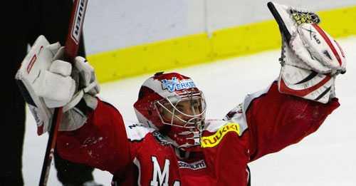 SEGER Markus Svensson räddade den sista straffen och Malmö tog ytterligare en livsviktig seger i jakten på play off.