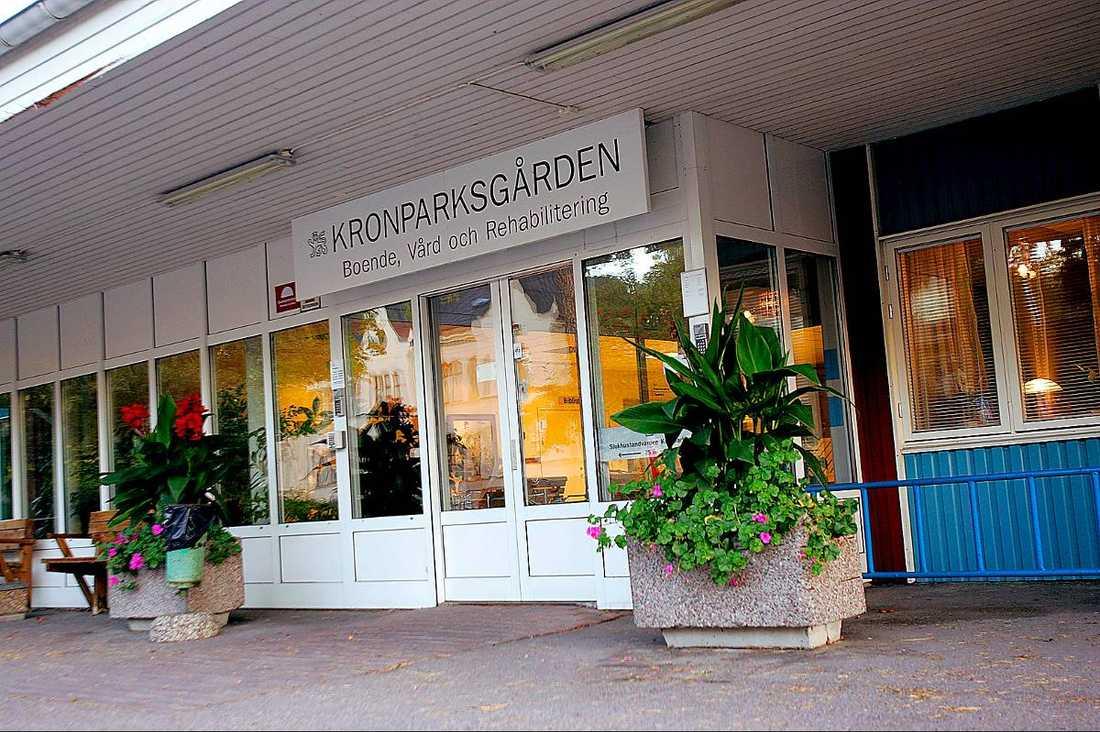 Drabbar de äldre Kronparksgården, eller Rondellen, i Uppsala är ett av vårdhemmen det privata företaget Attendo driver. Förra året dog en man där när han lämnades i sin egen avföring. Det är bara ett av flera fall av vanvård inom den privatiserade välfärden.
