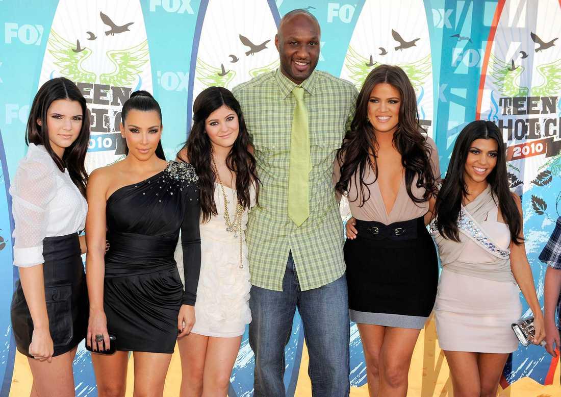 Lamar Odom omgiven av (från vänster) Kendall Jenner, Kim Kardashian, Kylie Jenner, Khloé Kardashian och Kourtney Kardashian. Fotot togs 2010.