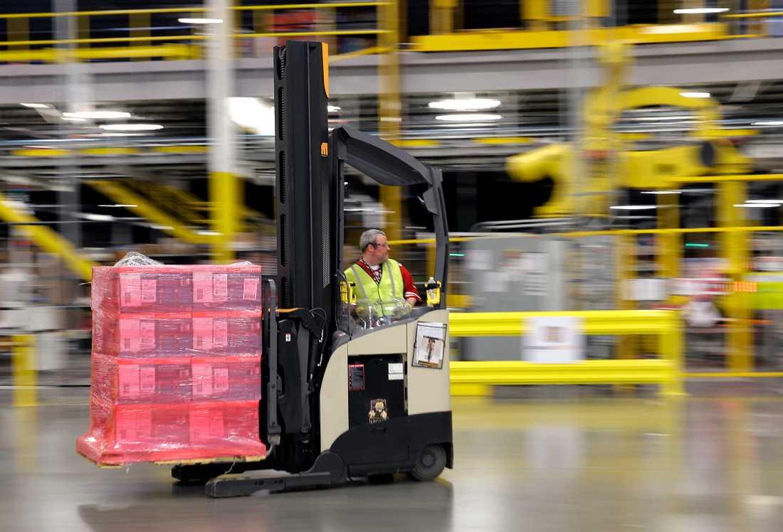 Truckförare är den mest olycksdrabbade yrkeskategorin bland män. Här är en truckförare på ett av Amazons lager i Washington, USA.