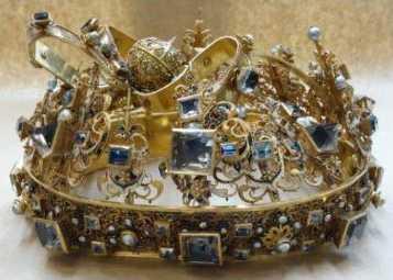 Karl IX:s begravningskrona är tillplattad och bågarna har böjts. Bild från polisens utredning.