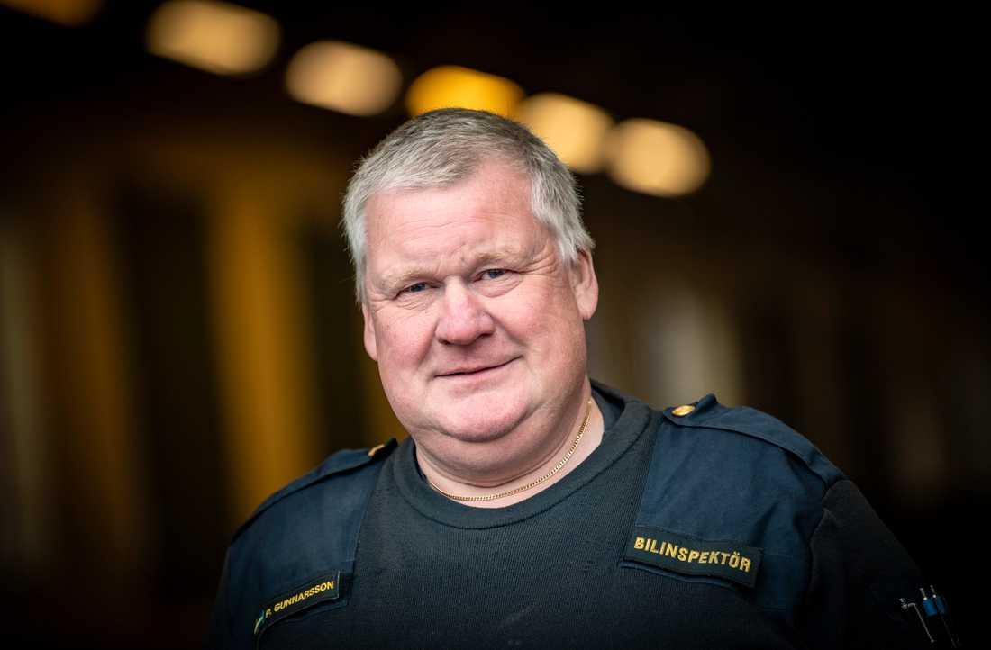 """""""Vi knäcker manipulationen när vi får in dem. Men då är det ju redan för sent, då är ibland redan skadan skedd"""", säger Patrik Gunnarsson, bilinspektör vid polisen."""