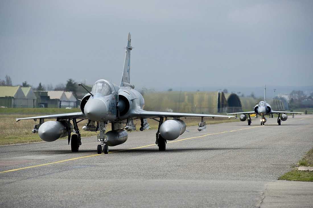 BLUFFEN Libyens diktator gjorde allt för att stoppa Nato från att öppna eld. Han lovade vapenvila – men anföll ändå. Klockan 17.45 i går öppnade ett franskt stridsflygplan eld mot Gaddafis trupper.