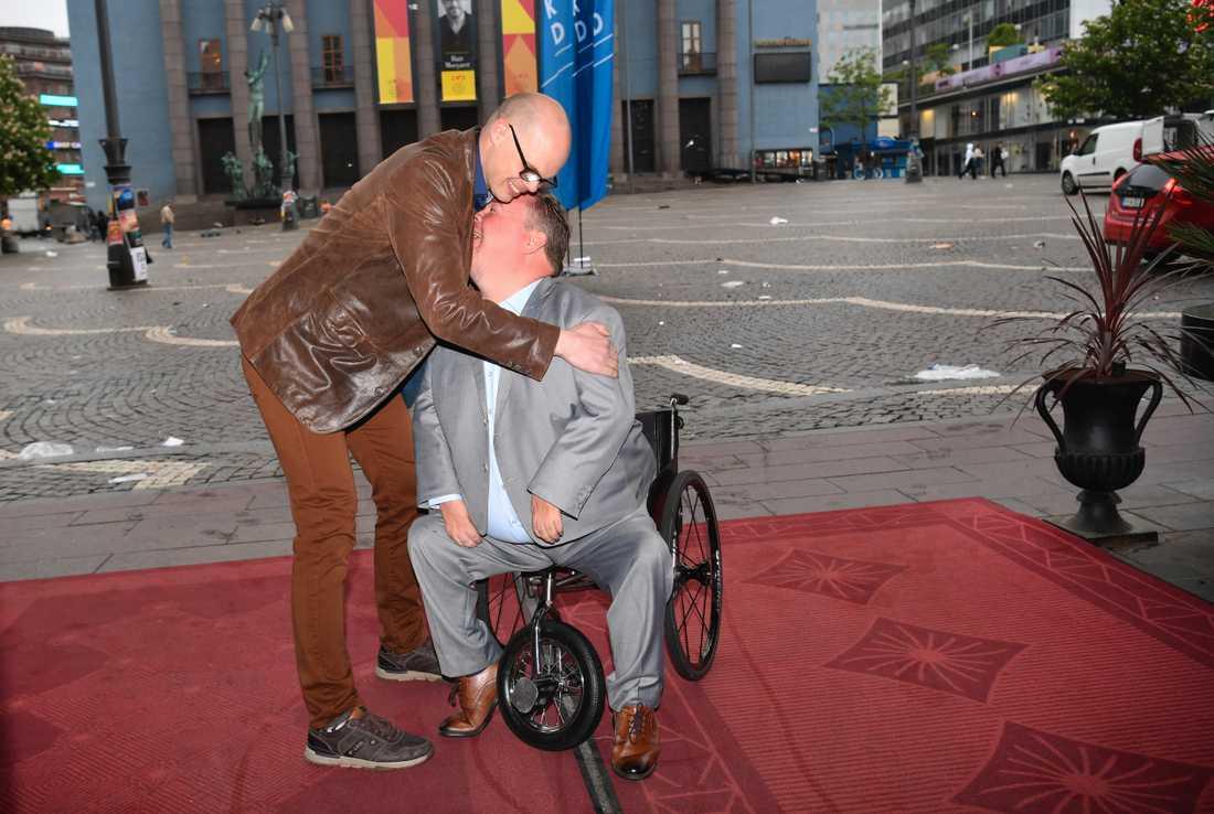 Jonatan Lindgren kramar David Lega, en av KD:s toppkandidater, när de anländer till Kristdemokraternas valvaka på Haymarket i Stockholm.